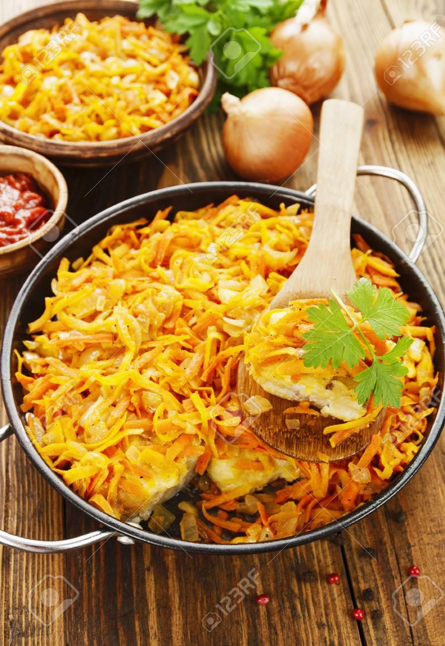 Immagini Stock Pesce Al Forno Con Verdure In Padella Image 65262791