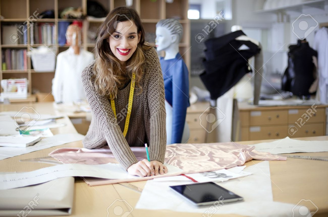 diseador de moda trabajando en el estudio foto de archivo