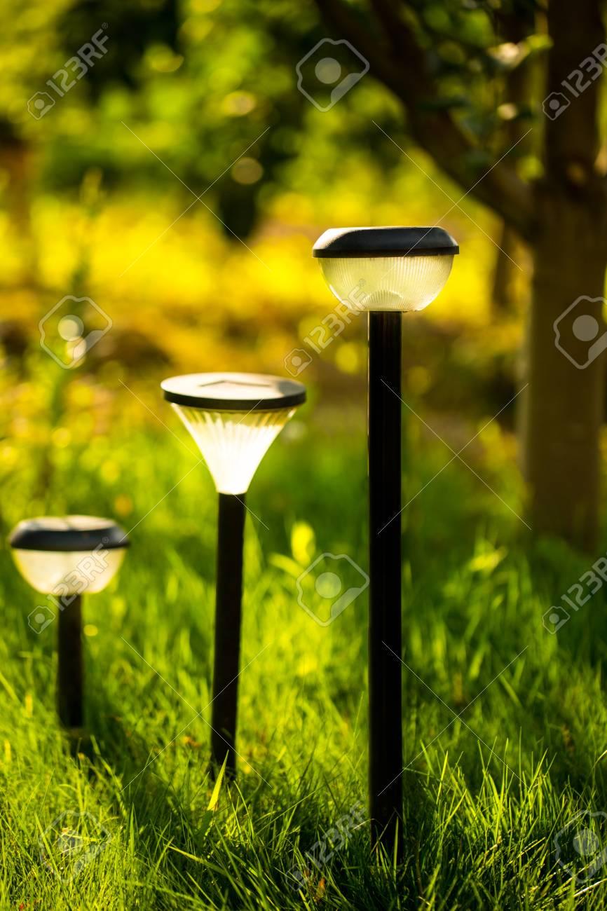 Lampe De Jardin En Plastique Debout Sur Le Sol Dans Le Jardin D Herbe Verte Il Brille De La Lumiere Jaune Image D Ambiance D Ete