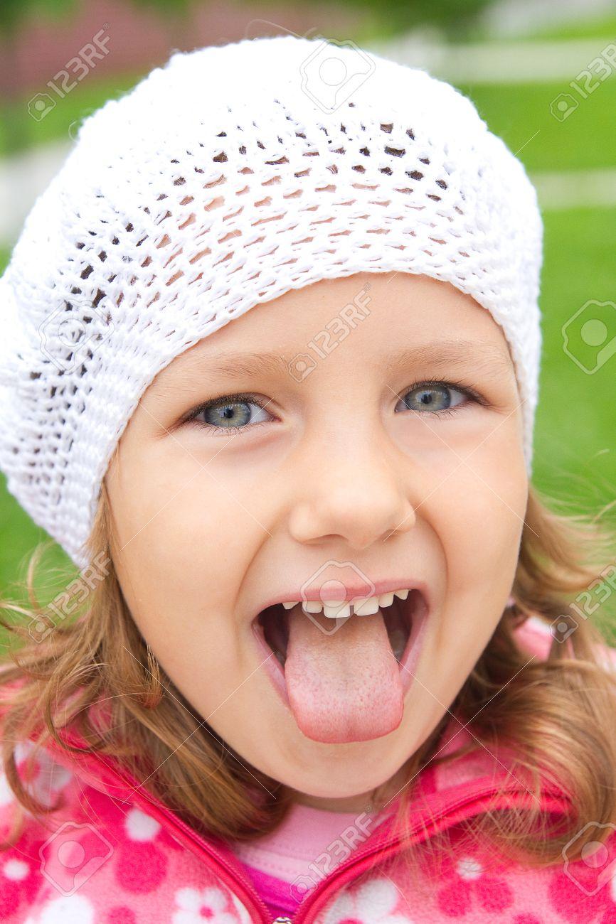 Фото девочка показывает язык 5 фотография