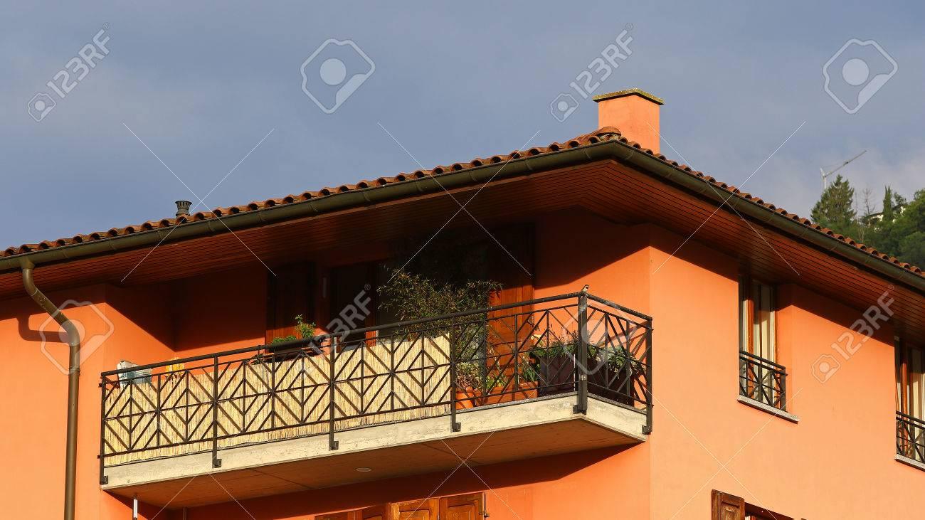 Neue Wohnung Gebaude Detail Mit Dach Keramikfliesen Kamin Balkon