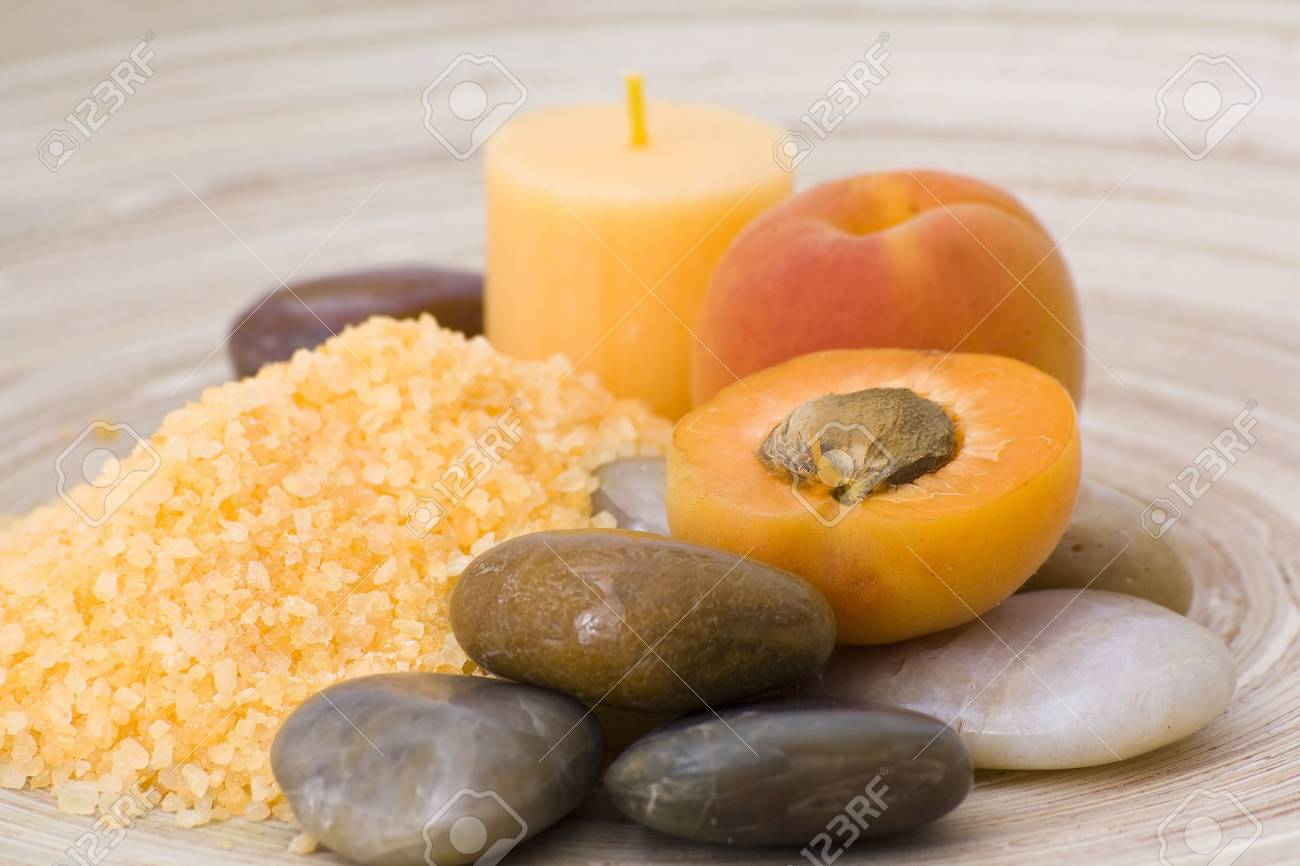 Pfirsiche Bad Mit Badesalz, Steine ??und Frischen Früchten Standard Bild    13325166
