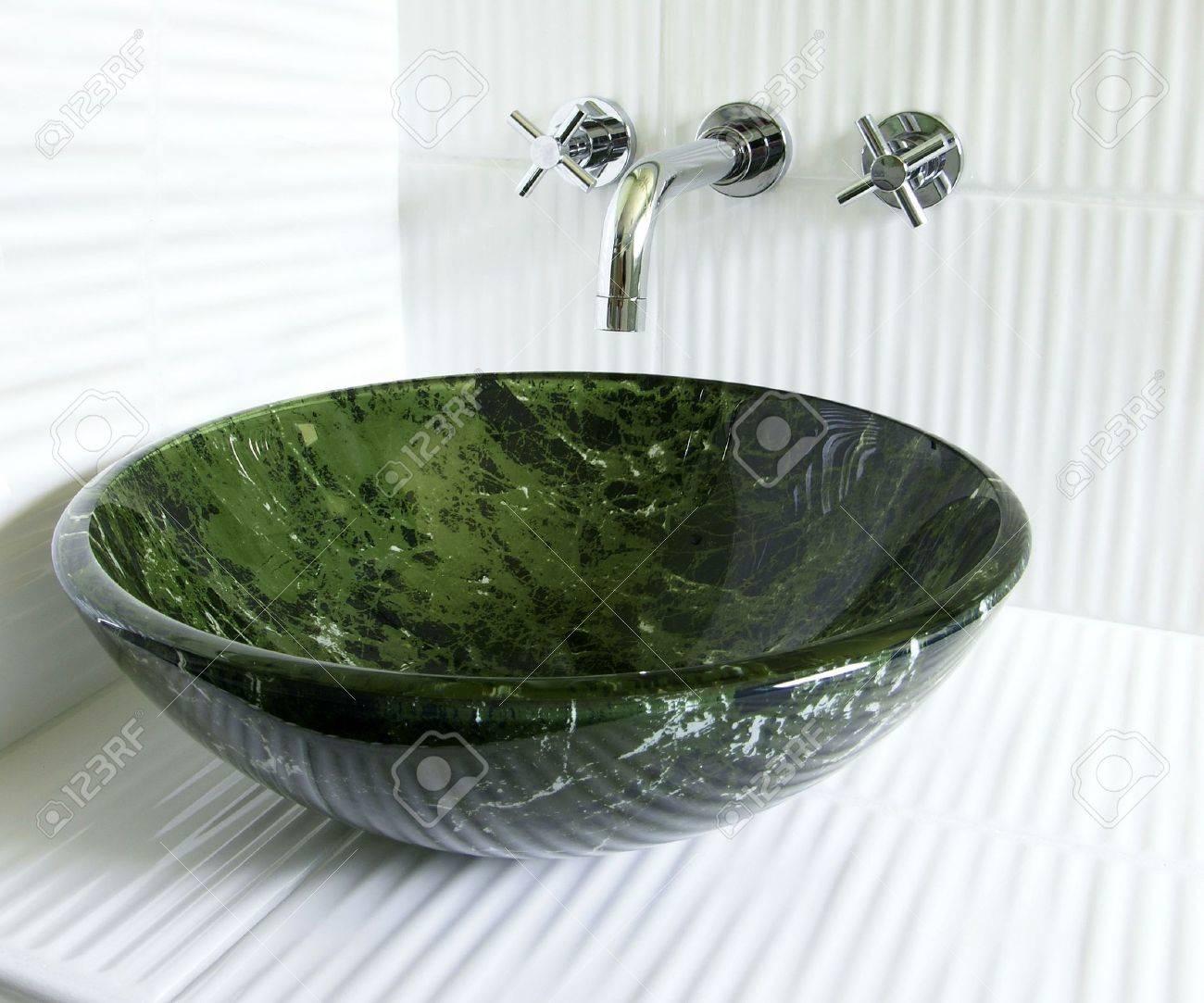 Modernes Renoviertes Badezimmer Mit Gehärtetes Glas Grün Marmor ...