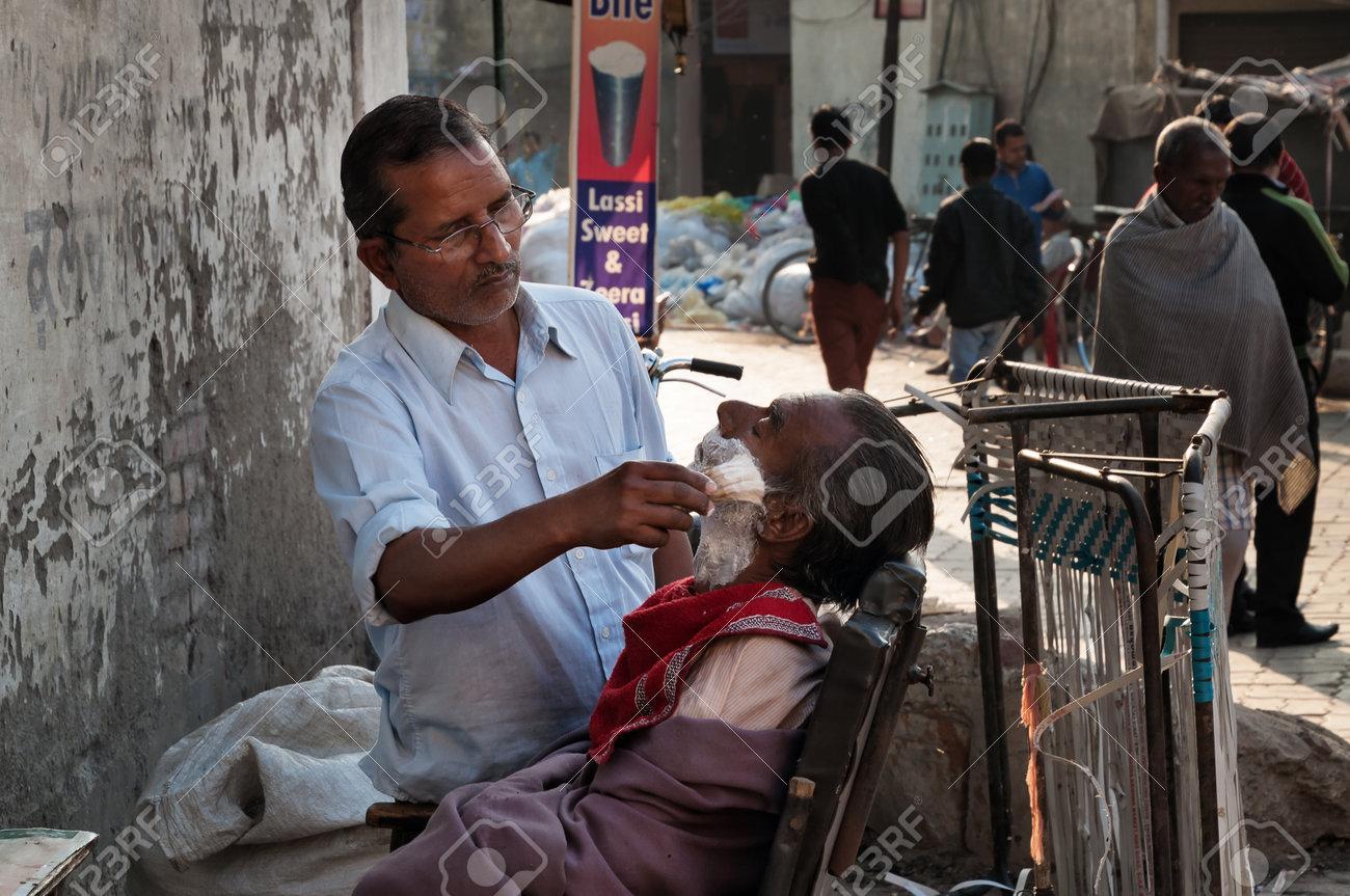 Amritsar Inde Dec 6 2014 Un Salon De Coiffure Rue Non Identifiee Raser Un Homme Dans La Rue Beaucoup De Gens Pauvres Indiens Raser Avec Un Rasoir Dans Les Rues En