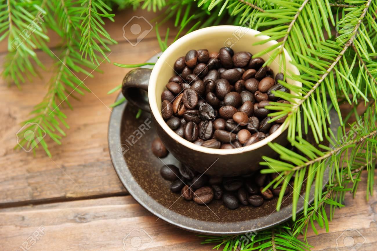 Albero Di Natale Java.Filiale Dell Albero Di Abete E Della Tazza Di Caffe Verdi Di Natale Su Priorita Bassa Di Legno