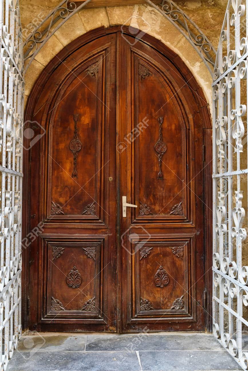 Porta di legno antica in vecchia città, Icheri Sheher a Bacu, Azerbaigian.