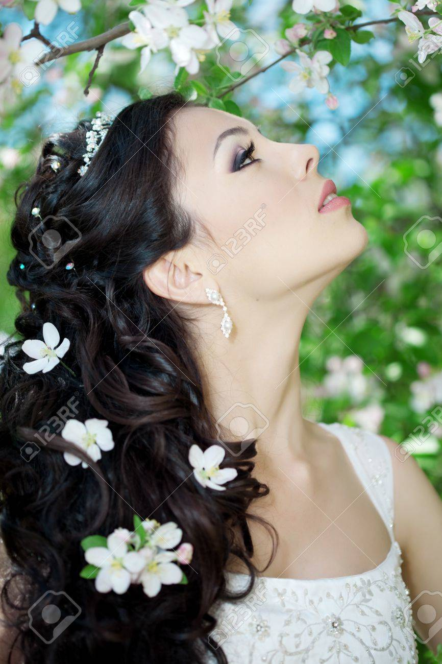 The image of a beautiful bride in a blossoming garden Stock Photo - 11527767