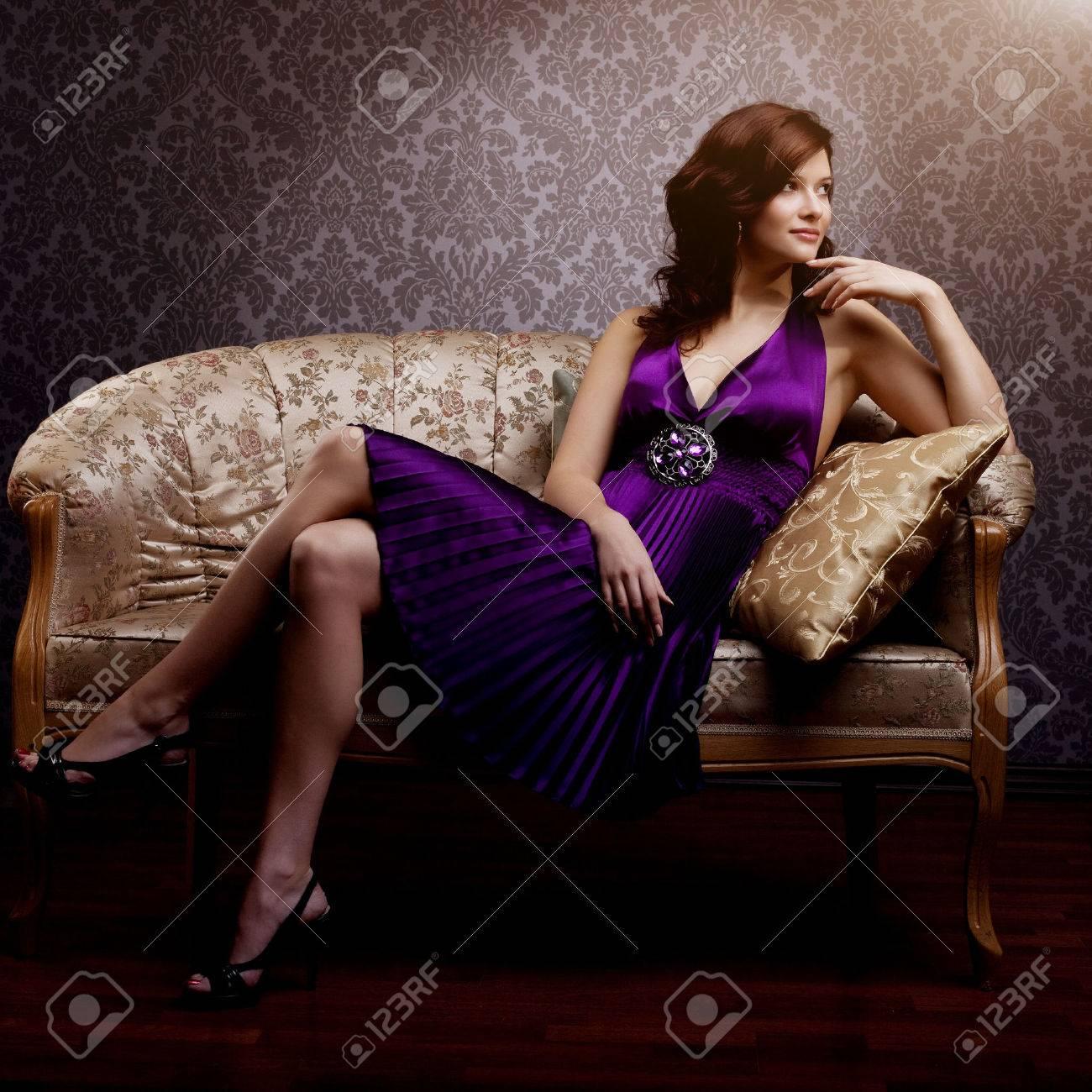 Фото девочка на диване 16 фотография