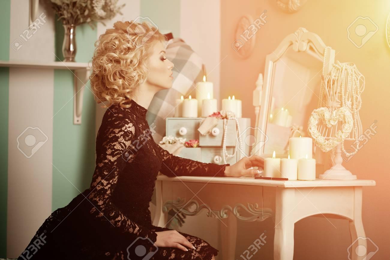 マリリン モンローのような美しさ豊かな高級女性 レトロなインテリアでおしゃれな美女 の写真素材 画像素材 Image