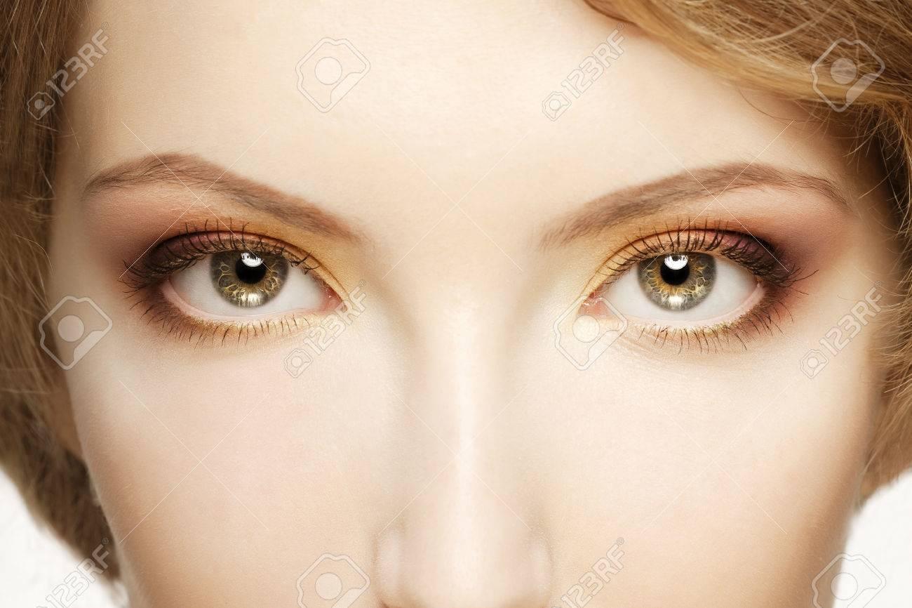 Women eyes close up - 31359322