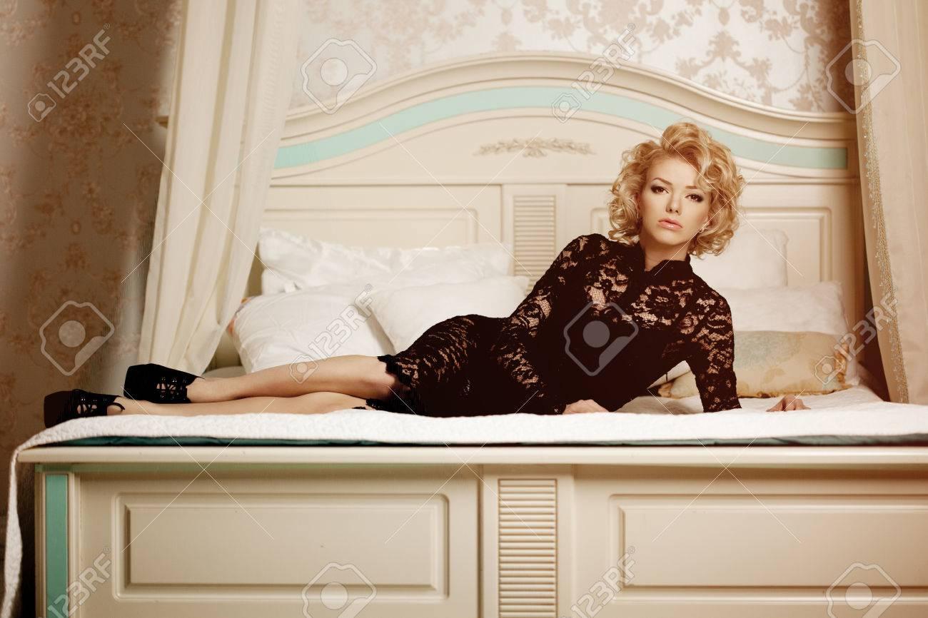Deco Chambre Maryline Monroe beauté femme riche de luxe comme marilyn monroe. belle fille à la mode dans  le rétro intérieur dans la chambre à coucher sur le lit