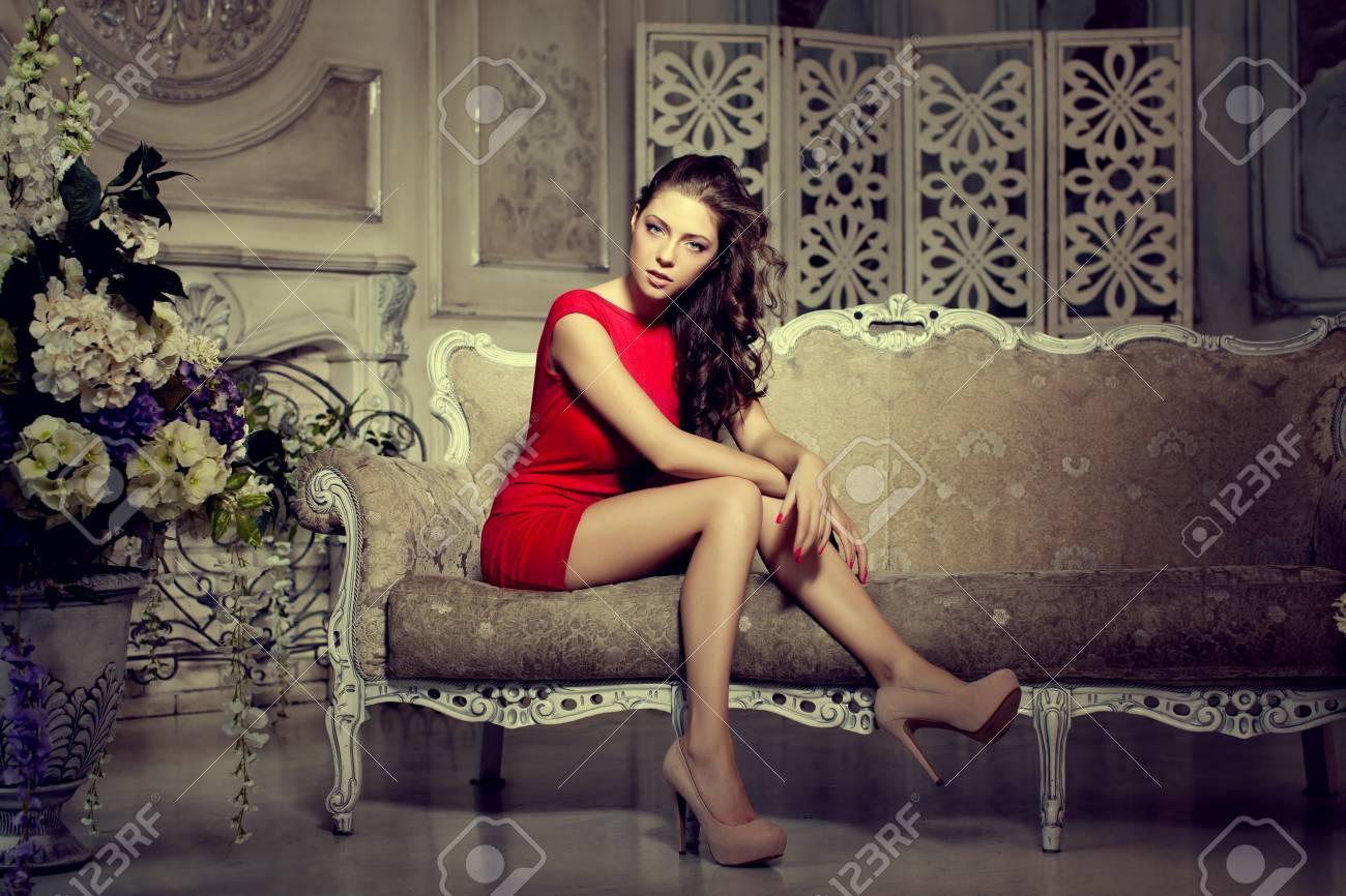 https://previews.123rf.com/images/miramiska/miramiska1505/miramiska150500007/39394876-mince-chic-luxueux-de-la-mode-femme-en-lux-int%C3%A9rieur-de-style-vintage-fille-en-robe-courte-rouge-sur-u.jpg