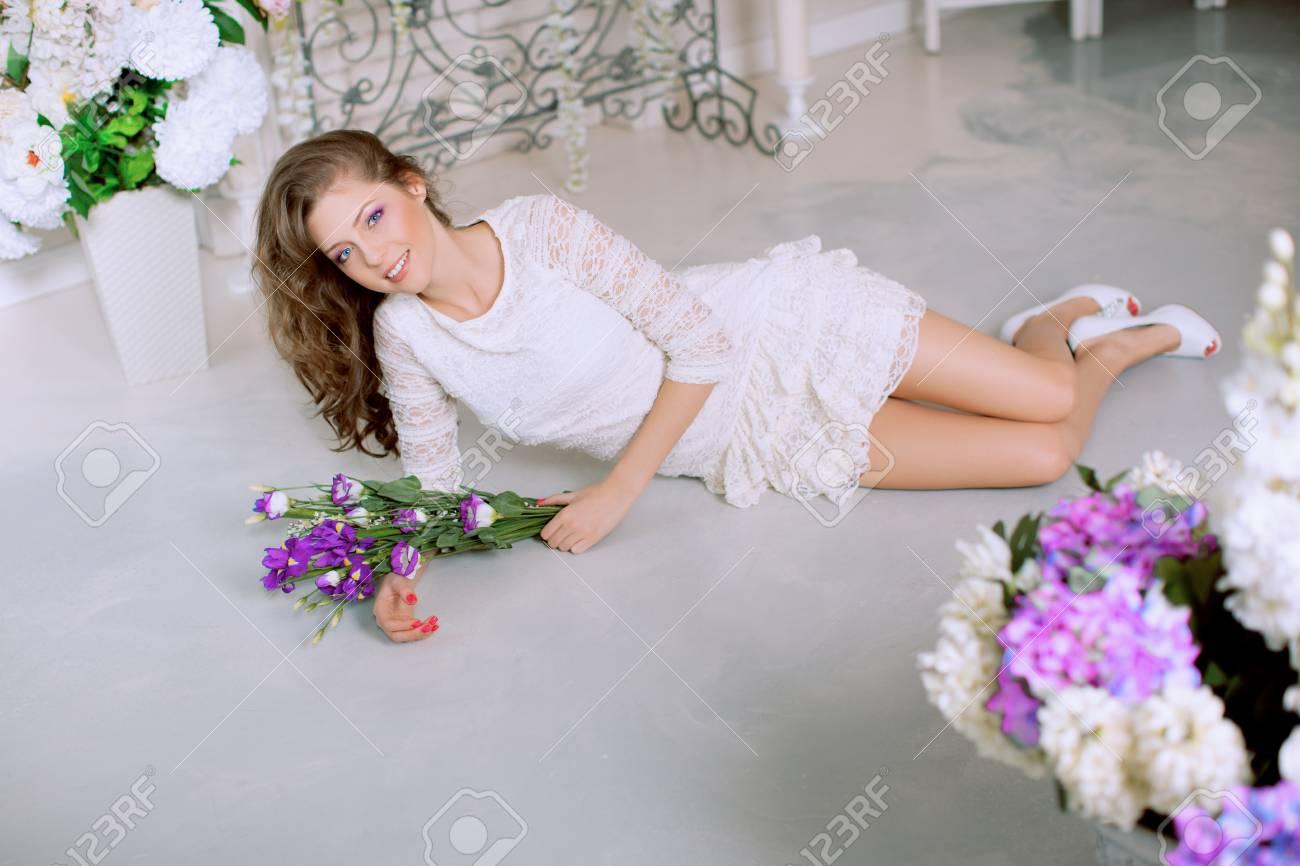 https://previews.123rf.com/images/miramiska/miramiska1505/miramiska150500063/39395510-jeune-femme-de-mode-printemps-au-printemps-lux-int%C3%A9rieur-de-style-vintage-springtime-trendy-girl-sur-u.jpg
