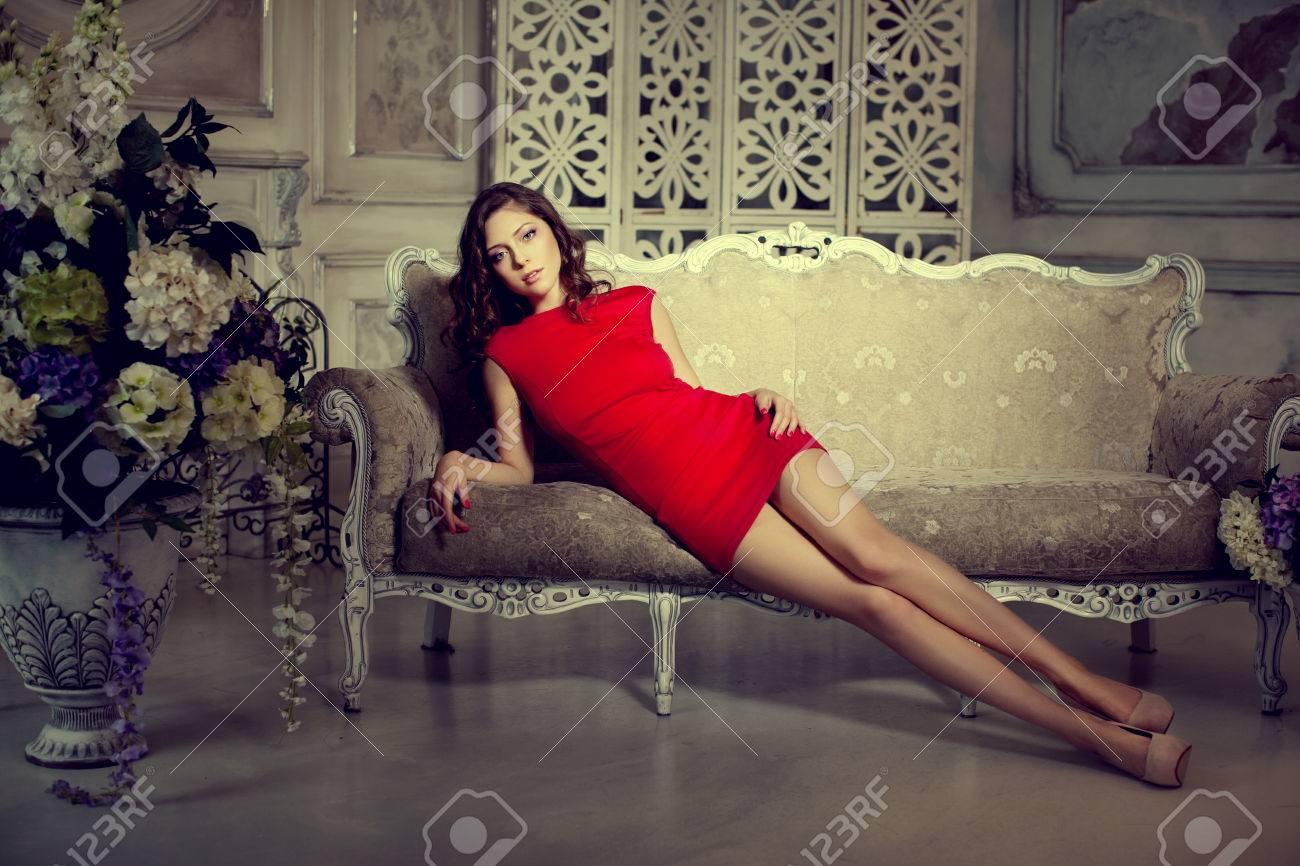 https://previews.123rf.com/images/miramiska/miramiska1505/miramiska150500067/39395515-mince-chic-luxueux-de-la-mode-femme-en-lux-int%C3%A9rieur-de-style-vintage-fille-en-robe-courte-rouge-sur-u.jpg