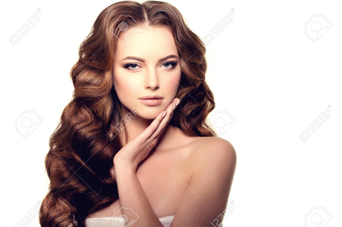 Cheveux Longs Waves Curls Coiffure Salon De Coiffure Updo Modele De Mode Avec Des Cheveux Brillants Femme Avec Sain Fille Cheveux Avec Coupe De Cheveux De Luxe La Perte De Cheveux Fille