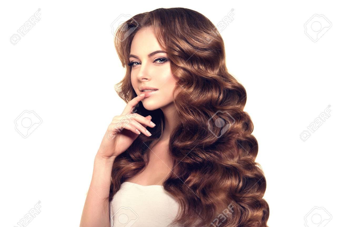 Pelo Largo Olas Rizos Peinado Peluquería Updo Modelo De Manera Con El Pelo Brillante Mujer Con El Pelo Sano Chica Con Corte De Pelo De Lujo La