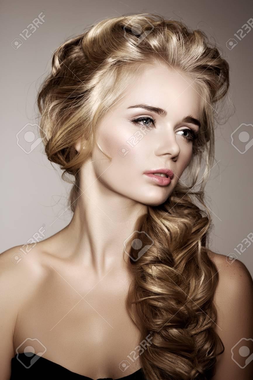 Modèle Avec De Longs Cheveux Tressés. Waves Curls Braid Coiffure. Salon De  Coiffure. Chignons. Mode Cheveux Brillants. Femme Aux Cheveux En Bonne  Santé,