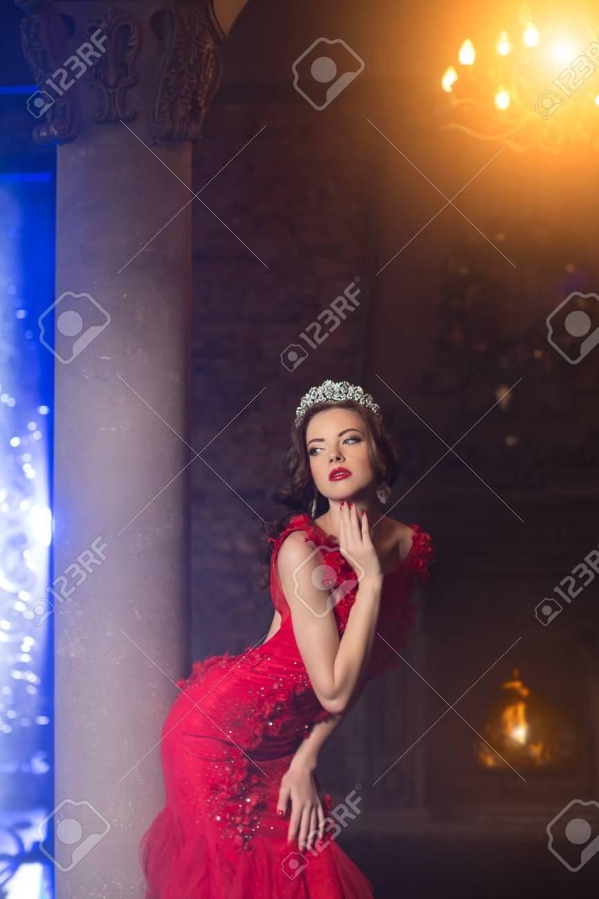 Frau In Lux-Kleid Mit Krone Wie Königin, Prinzessin, Lichter Partei ...
