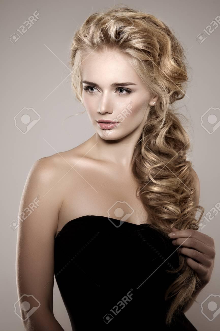 Modelo Con El Pelo Largo Y Trenzado Rizos Olas Trenza Peinado