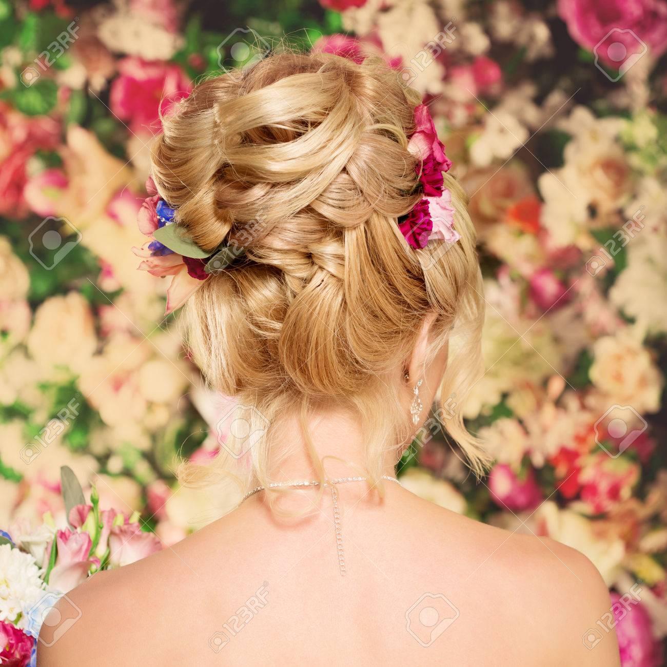 Hochzeitsfrisur Ein Junges Madchen Braut Frau Mit Blumen Im Haar
