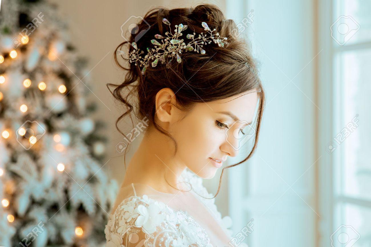La Mariee Mariage La Mariee Dans Une Robe Courte Avec De La Dentelle Dans Les Boucles D Oreilles De La Couronne Bouquet De Mariage Maquillage