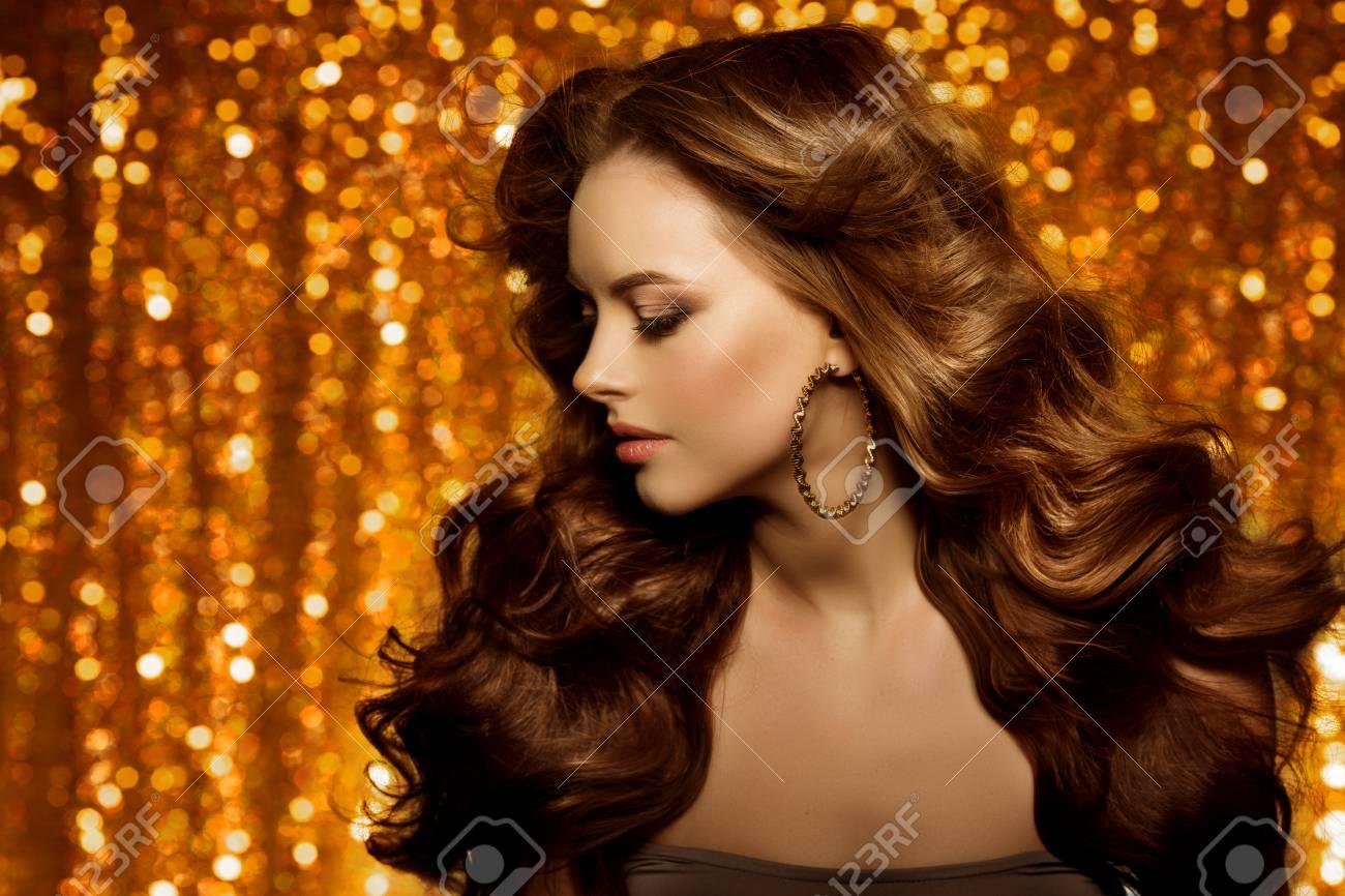 Or Belle Femme De La Mode Le Modele Avec Les Cheveux Longs De Volume Sain Brillant Boucles Waves Updo Coiffure De Volume Salon Girl Cheveux Avec Coupe De Cheveux De Luxe Sur Fond