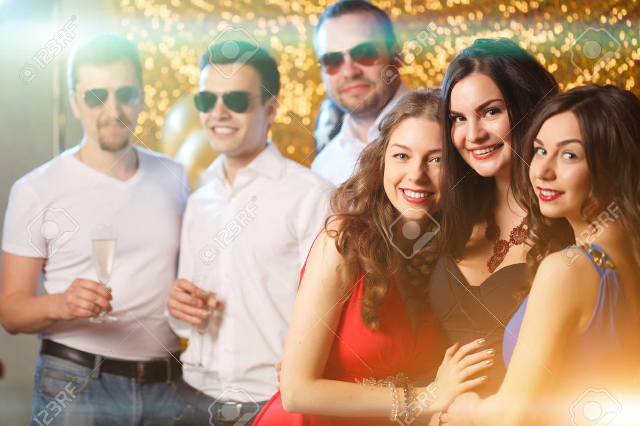 Partyleute Die In Verein Tanzen Manner Und Frauen Feiern Einen