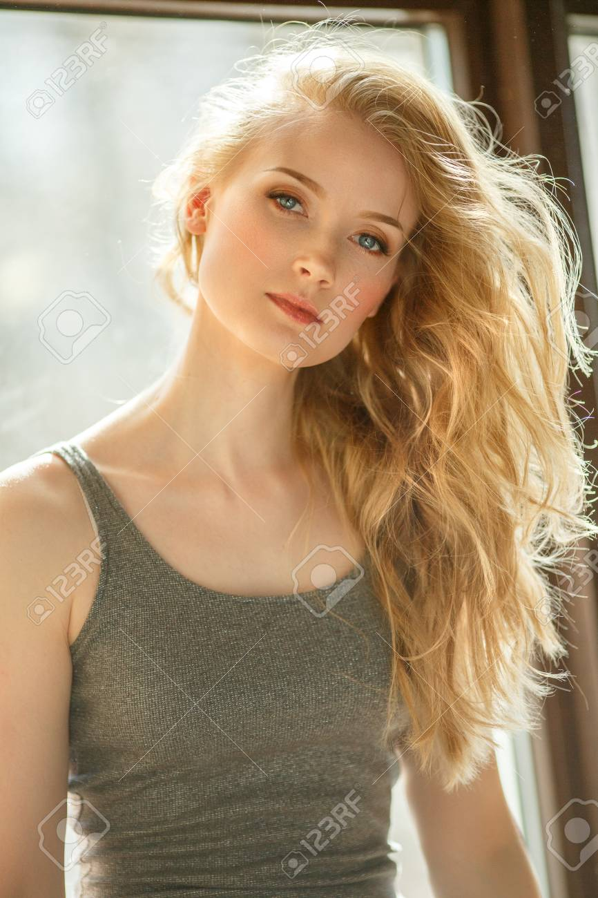c3ad3230 Rubia romántica Joven hermosa mujer linda. Chica de belleza con pelo largo  y brillante, piel brillante y corte de pelo voluminoso