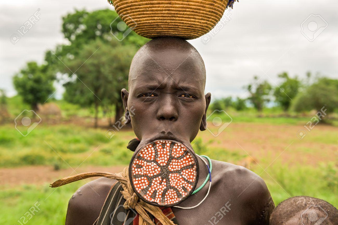 omo vallei, ethiopiË - 7 mei 2015: vrouw van de afrikaanse stam