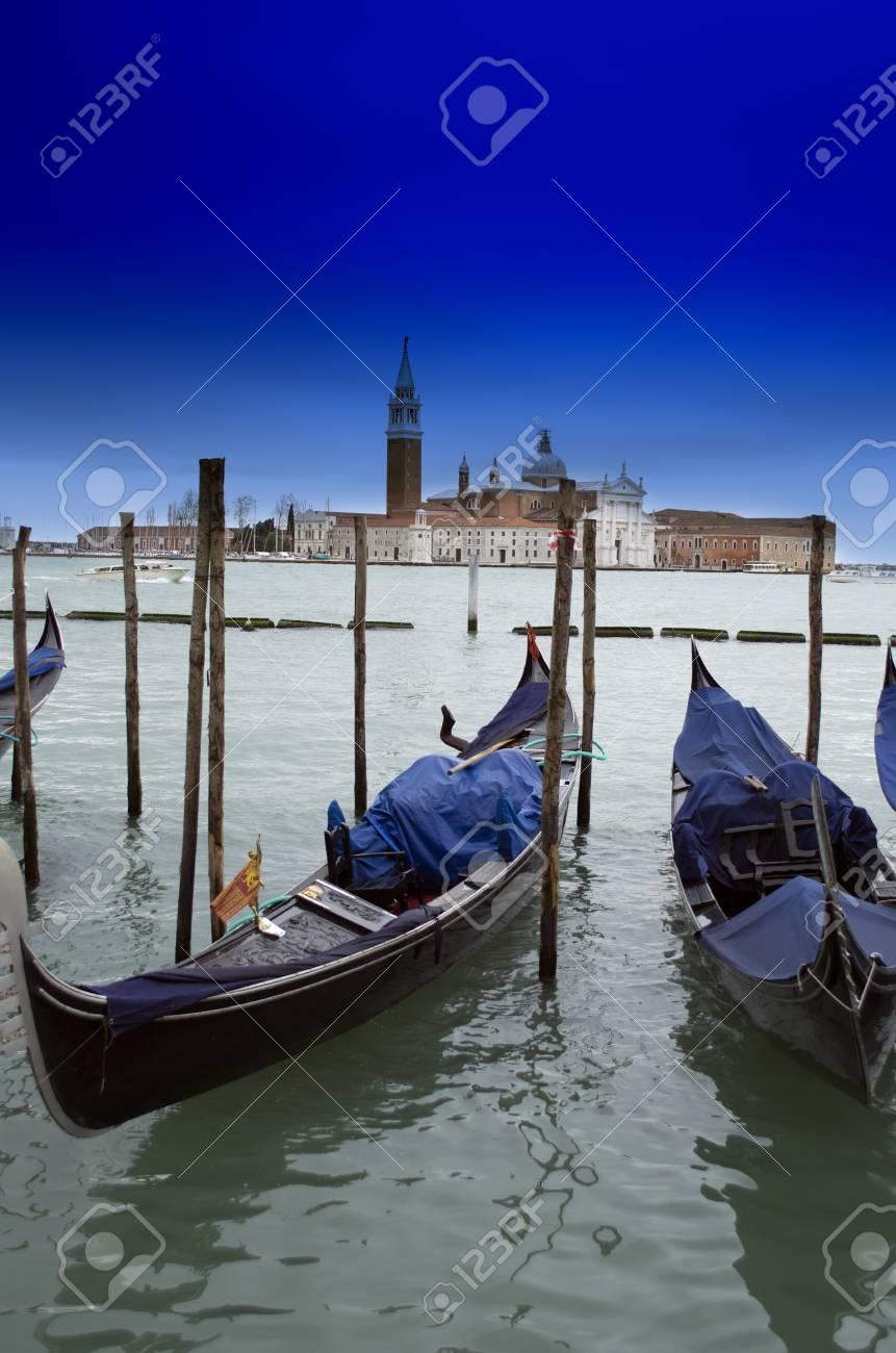 Barco de madera tradicional en góndola en Venecia cerca y el detalle Foto  de archivo - 2fd66343df7