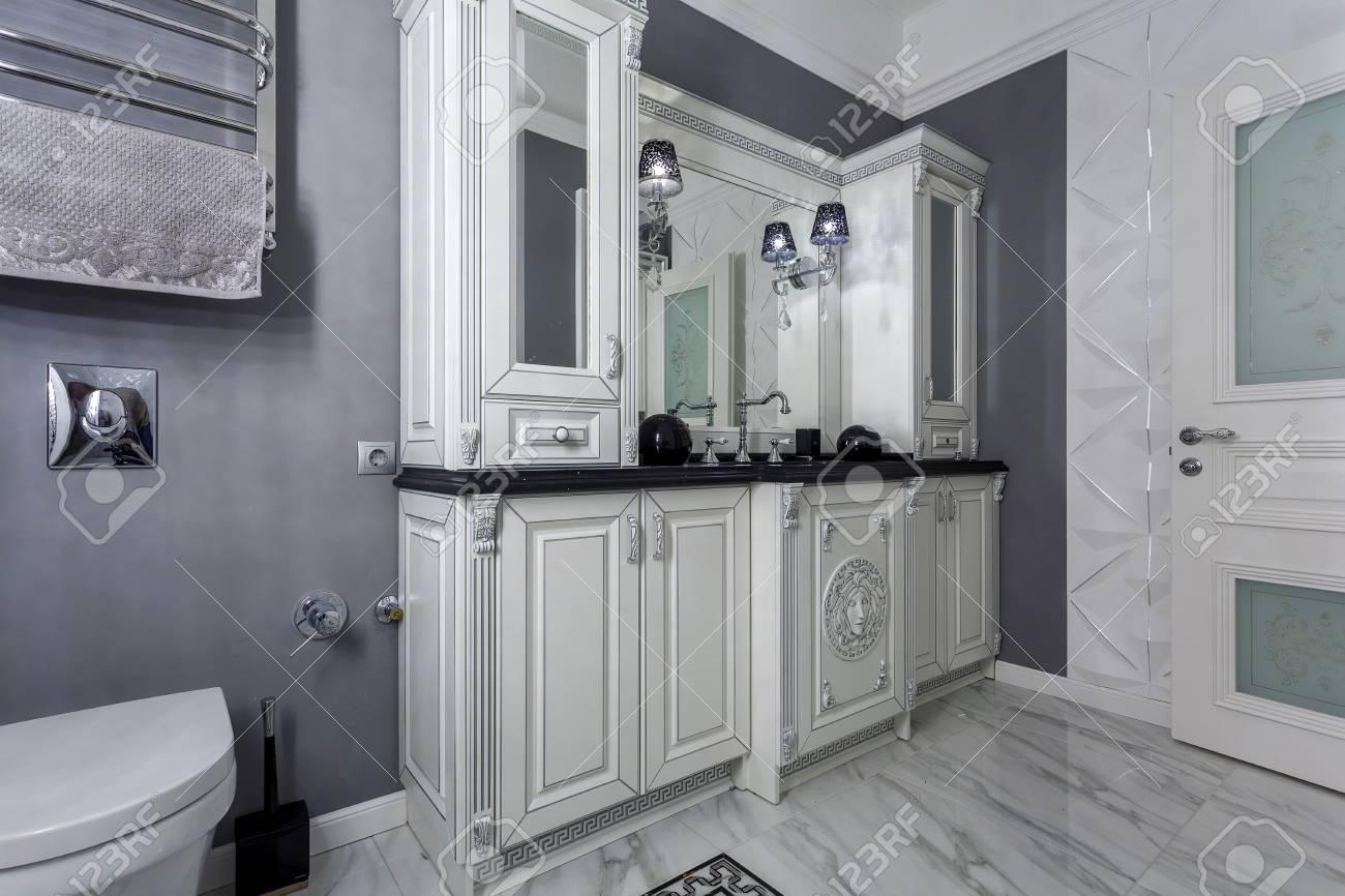 Salle De Bains Classique Avec Minimaliste Intérieur Design Blanc Et ...
