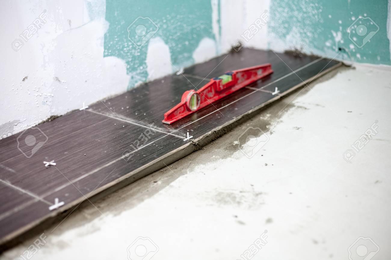 Fußboden Fliesen Schneiden ~ Installierung keramischer bodenfliesen messen und die stücke