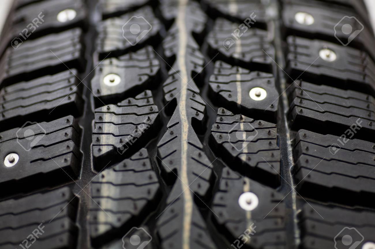 https://previews.123rf.com/images/mironovm/mironovm1711/mironovm171100096/89261093-pneu-clout%C3%A9-sur-fond-de-pneus-clout%C3%A9s-d-hiver-pour-une-nouvelle-voiture-de-close-up.jpg
