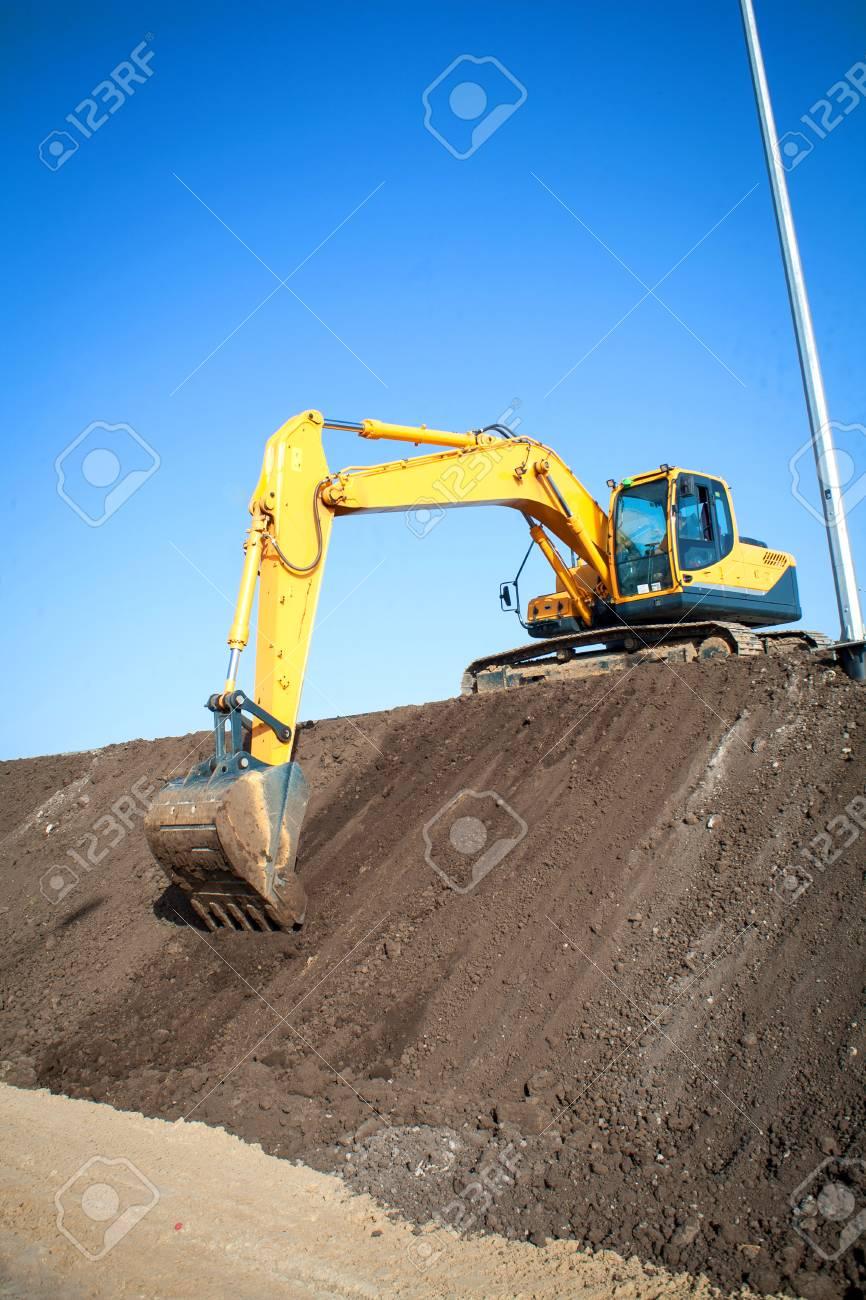 Una Gran Excavadora De Construcción De Color Amarillo En El Sitio De ...