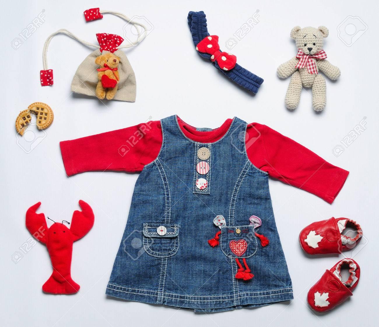 a45b84914cc13 Banque d'images - Vue de dessus la mode look branché de vêtements bébé fille  et jouets trucs, concept de mode bébé