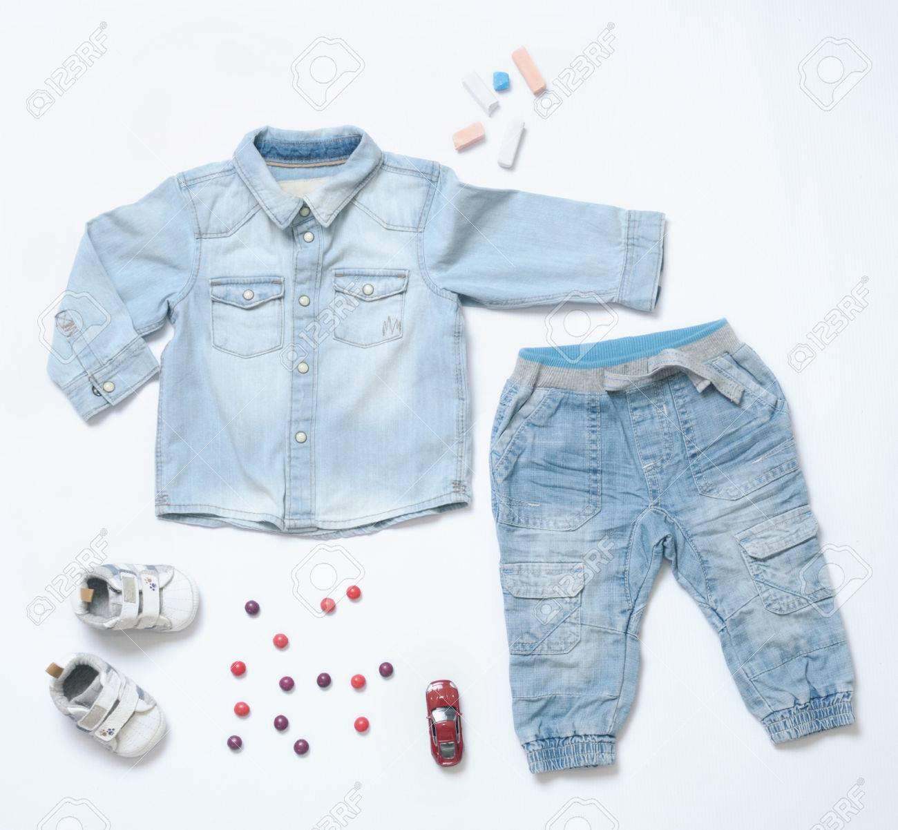 145cf6ae5 Foto de archivo - Vista superior de moda trendy vistazo de ropa de bebé y  otras cosas juguete