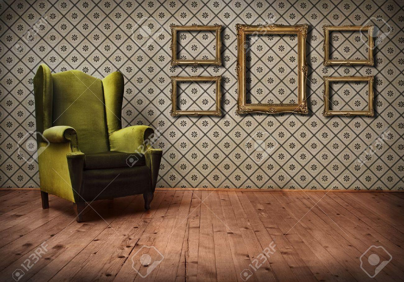 Vintage Kamer Met Behang En Ouderwetse Leunstoel Royalty-Vrije ...