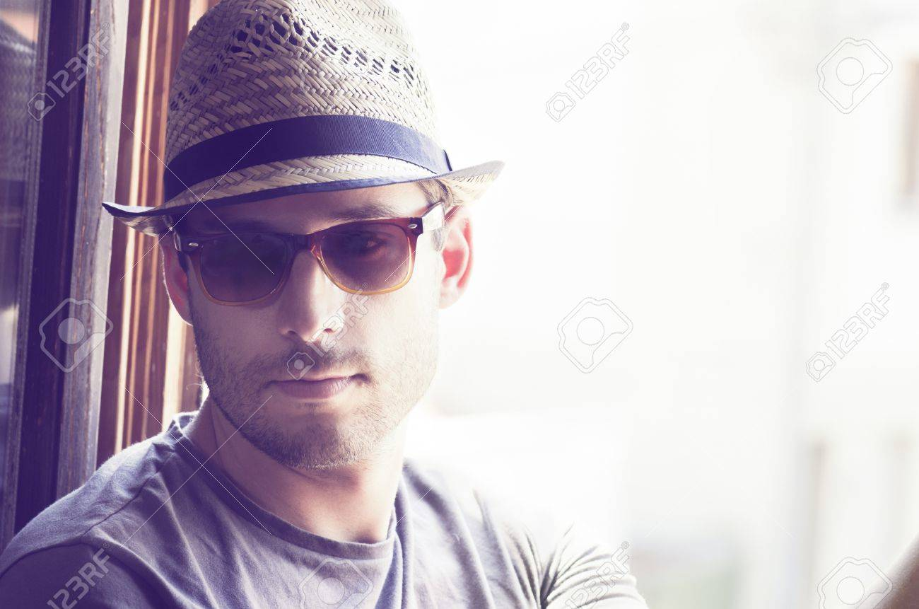 Young man with moder hat and sunglasses - 20383577