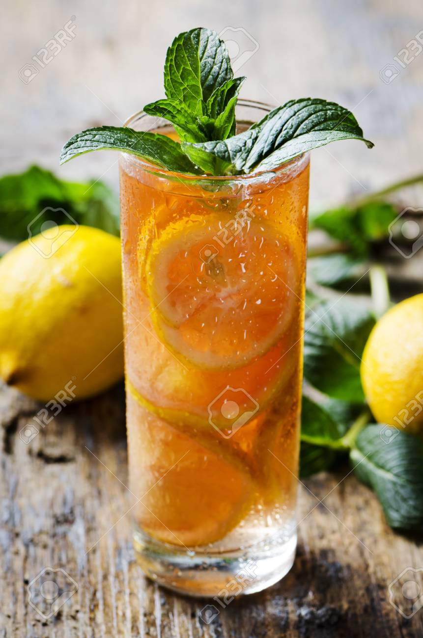 Refreshing ice tea with lemon and mint - 30152953