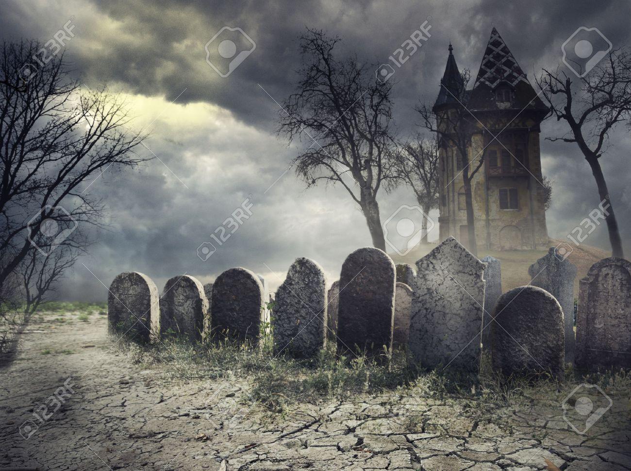 LA BRUTTA NOTTE DI ROSS O'HARA 32560615-Casa-Hounted-sul-cimitero-spettrale-Archivio-Fotografico