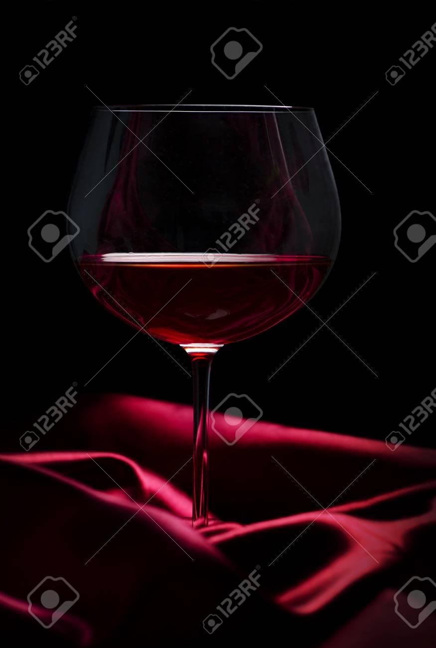 Immagini Stock Vetro Di Vino Rosso Su Seta Rossa Su Sfondo Nero