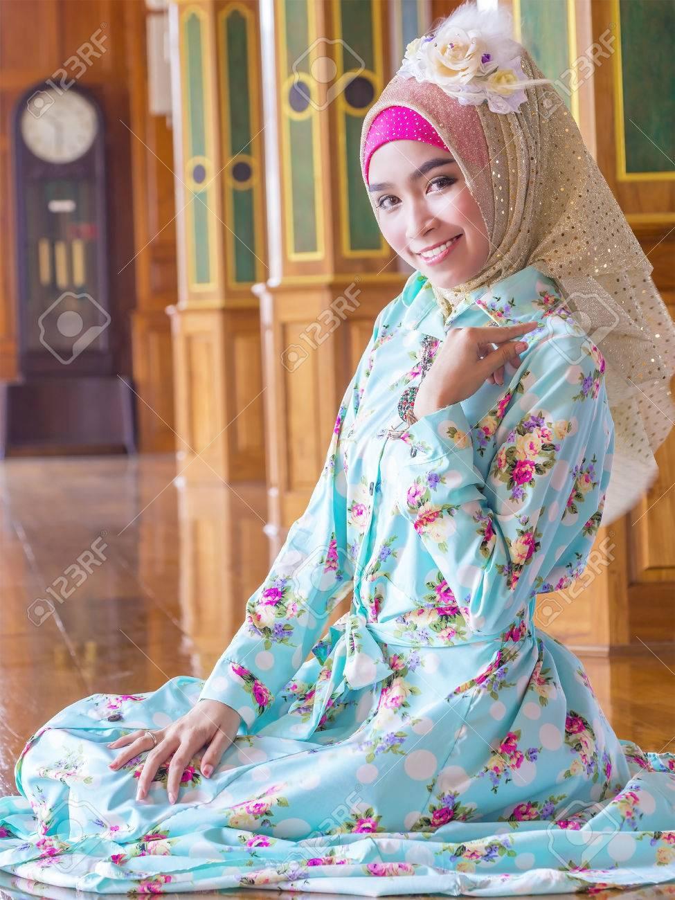 Foto de archivo - Joven mujer musulmana asiática en traje de gala decorado 188b79826fb2