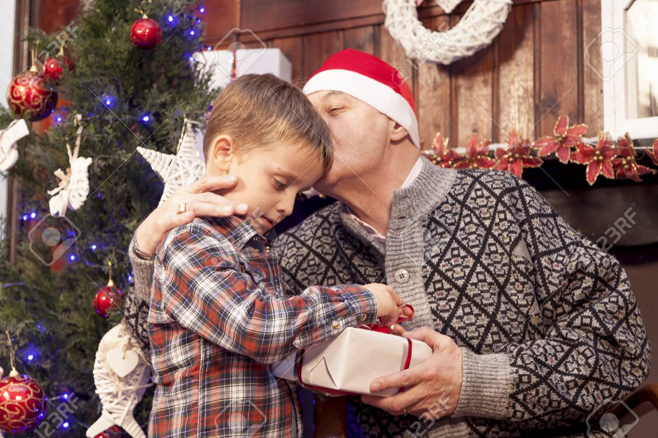 Entzückende Kleine Junge Gibt Ein Weihnachtsgeschenk Zu Seinem ...
