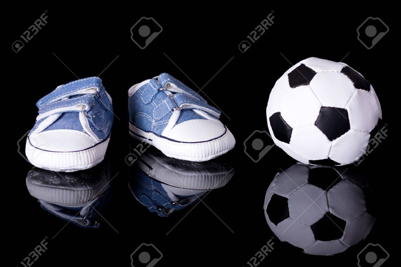 e1a12b6dd0f7e Par de zapatos para bebés pequeños al lado de pelota de fútbol jpg 1300x866 Futbol  zapatos