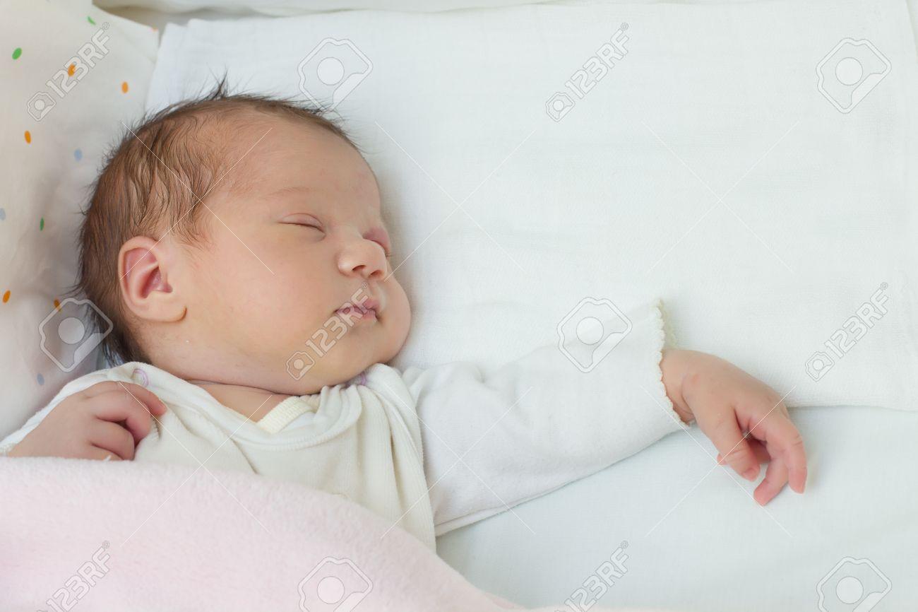 Nette Neugeborene Baby Mädchen Schläft Porträt Lizenzfreie Fotos