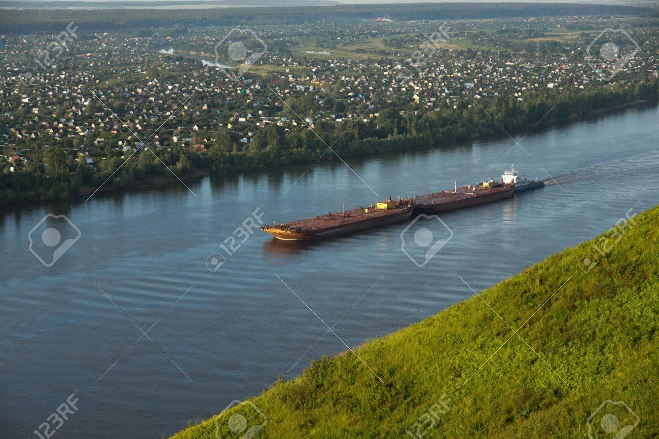 ロシア、カマ川のはしけ ロイヤ...