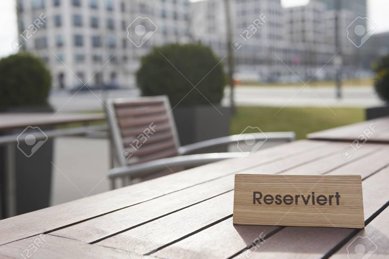 Werksverkauf Outlet zum Verkauf reduzierter Preis Reserved sign on the table in a sidewalk cafe, Munich, Bavaria,..