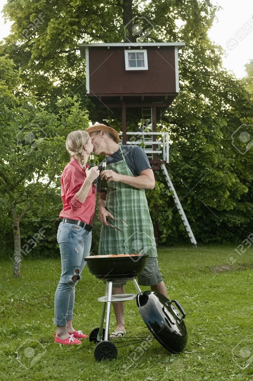 junges paar grill grill garten bier küssen lizenzfreie fotos, bilder