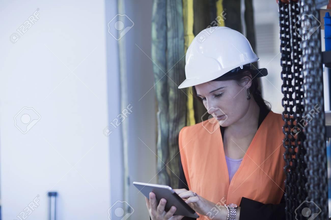 Fotograf Freiburg Im Breisgau engineer a digital tablet in an industrial plant