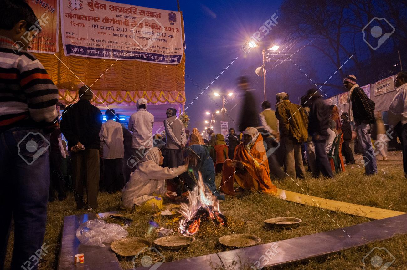 BABUGHAT, KOLKATA, WEST BENGAL   INDIA - 9TH JANUARY 2013   Hindu devotees lighting a camp fire on 9th January, 2013 in Babughat transit Camp, Kolkata  They are on their way to Gangasagar  Sagar    Stock Photo - 24453959